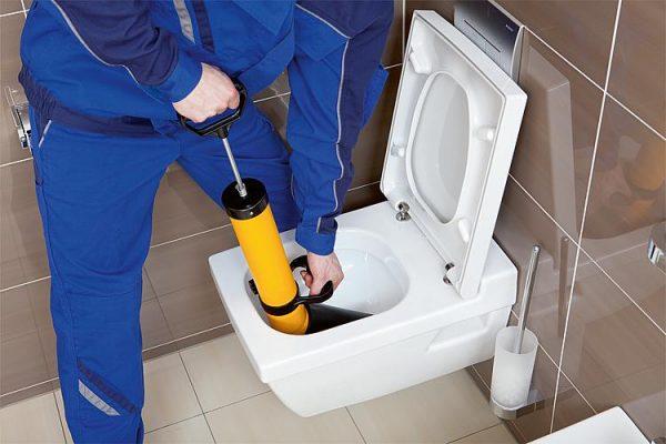 Неприятностите, които може да създаде запушена тоалетна чиния